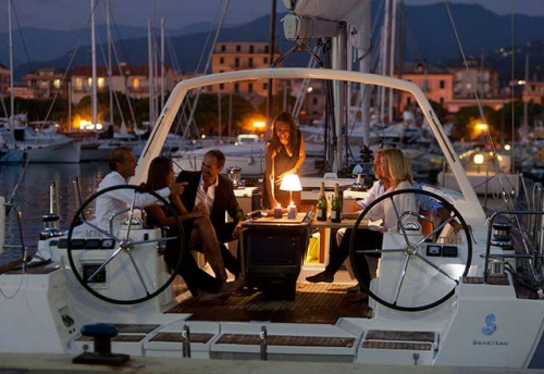 En Puerto con el Alquiler de Velero Oceanis 45 en Italia