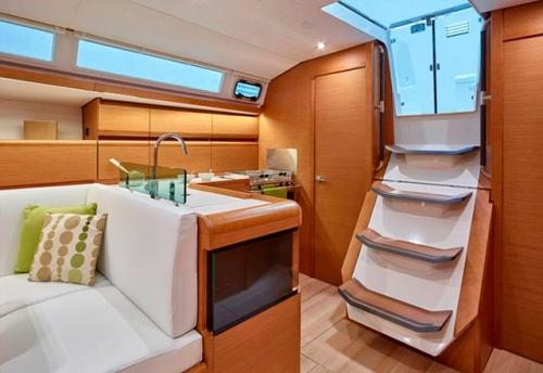 Salida a la bañera del Alquiler de Velero Sun Odyssey 449 en Ibiza