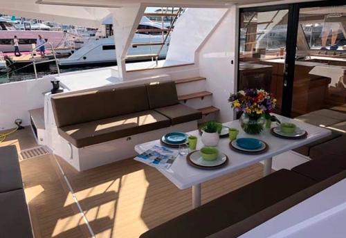 Comedor Exterior del Alquiler de Catamarán Nautitech 46F en Grecia