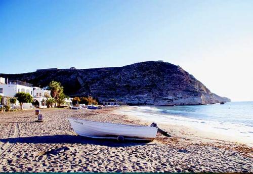 Navegar a Agua Amarga en un Viaje de Vacaciones en Velero a Almería