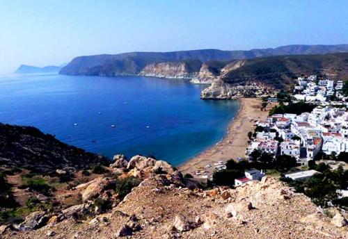 Navegar a los Pueblos de Cabo de Gata en un Viaje de Vacaciones en Velero a Almería