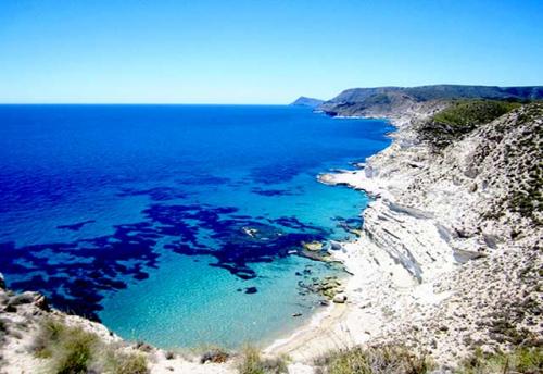 Navegar por la Costa de Cabo de Gata en un Viaje de Vacaciones en Velero a Almería