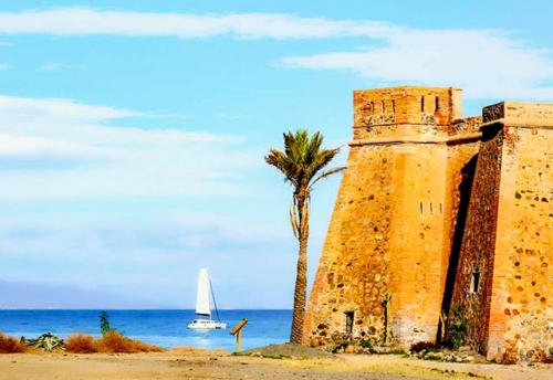 Navegar a Cabo de Gata en un Viaje de Vacaciones en Velero a Almería