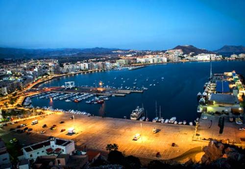 Navegar al Puerto de Águilas en un Viaje de Vacaciones en Velero a Murcia