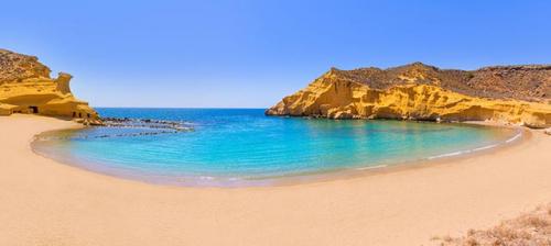 Navegar a Playa de Cocedores en un Viaje de Vacaciones en Velero a Murcia