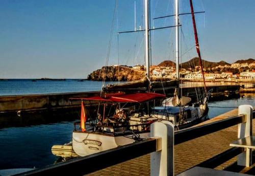 Navegar al Puerto de Cabo de Palos en un Viaje de Vacaciones en Velero a Murcia