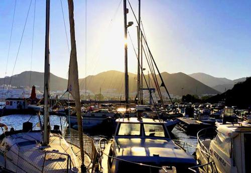 Navegar al Puerto de San José en un Viaje de Vacaciones en Velero a Almería