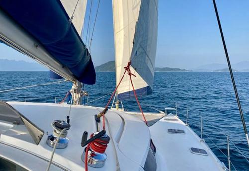 Maniobra a Vela del Alquiler de Catamarán Bahía 46 en La Manga