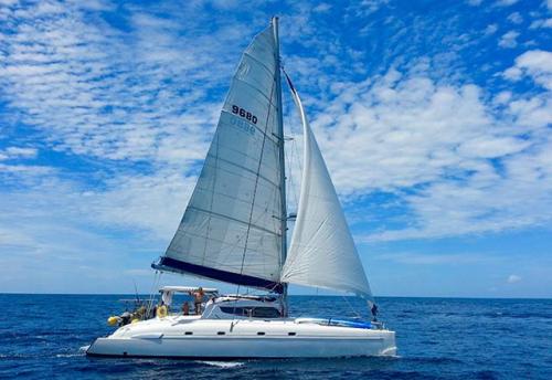 Navegación en el Alquiler de Catamarán Bahía 46 en La Manga